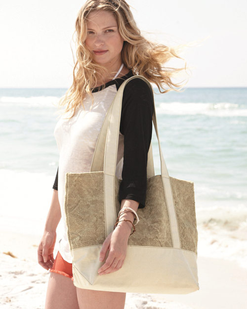 A roomy bag for a full day of exploration or relaxing. Made of renewable jute. Contrasting canvas straps.